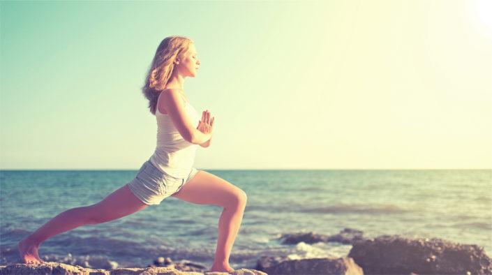 chica en la playa practicando meditación