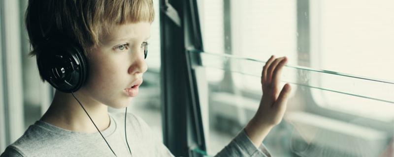 niño en la ventana, cannabis y autismo infantil