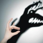 mano con sombra monstruo
