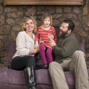 padres con niña sentados en sofa